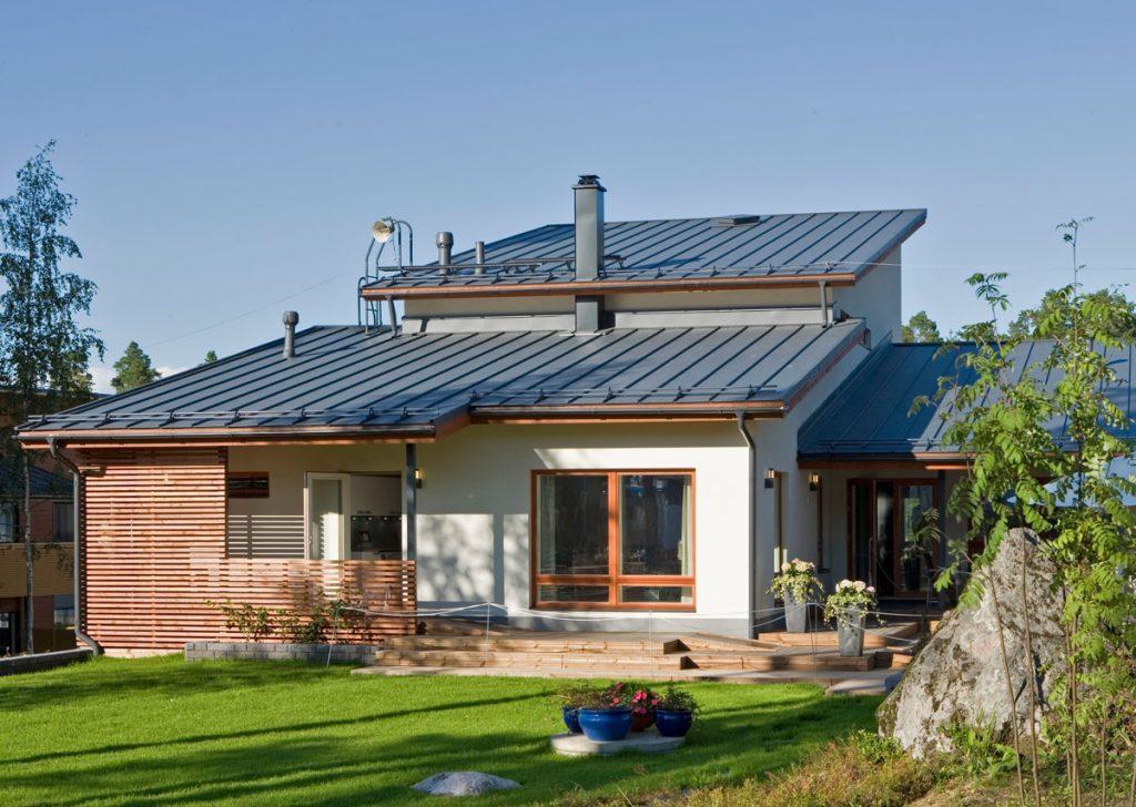 rodinný dom s plechovou strechou