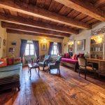 apartmán s historickým masívnym nábytkom v Banskej Štiavnici