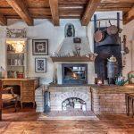 interiér s historickým nábytkom, tehlovým krbom, drevenou podlahou a priznanými drevenými trámami