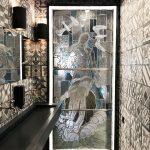 toaleta s presklenými vitrážovými dverami a vzorovanými kachličkami