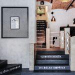 schodisko s epoxidovou povrchovou úpravou s menami známych brnianskych osobností v reštaurácii U Tomana