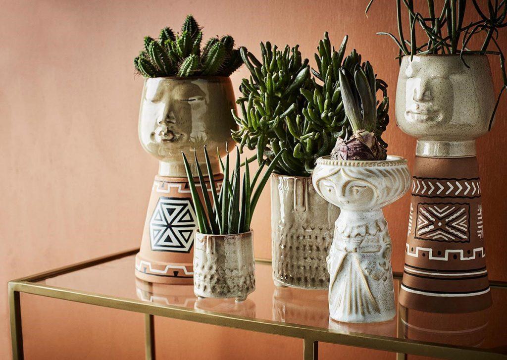 boho štýl prenesený do figurálnych obalov na kvetináče z keramiky