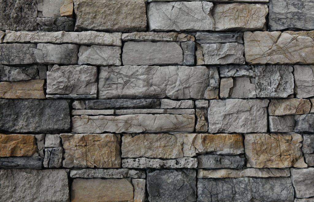 zrubový šedý kameň