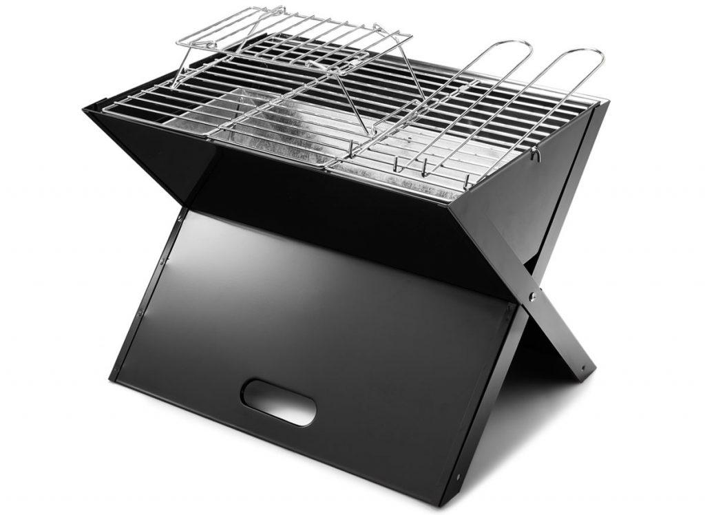 čierny skladací prenosný gril na drevené uhlie