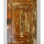 vešiak zo starých drevených dverí s kovovými vešiačikmi