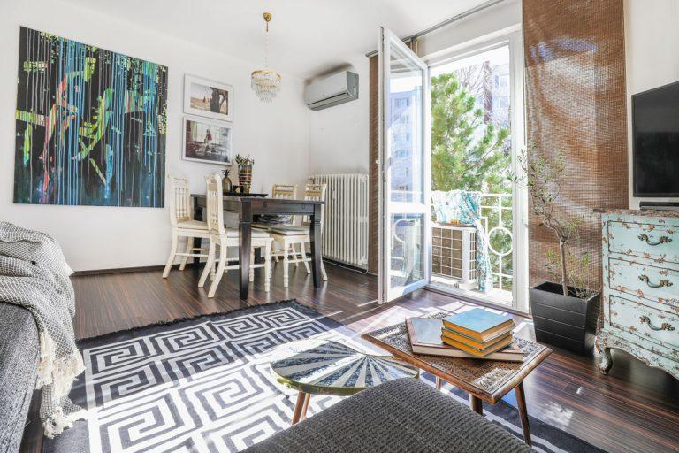 """""""Môj byt vyzerá tak trochu ako vitrážové okno – plné rôznych vzorov afarieb…"""""""