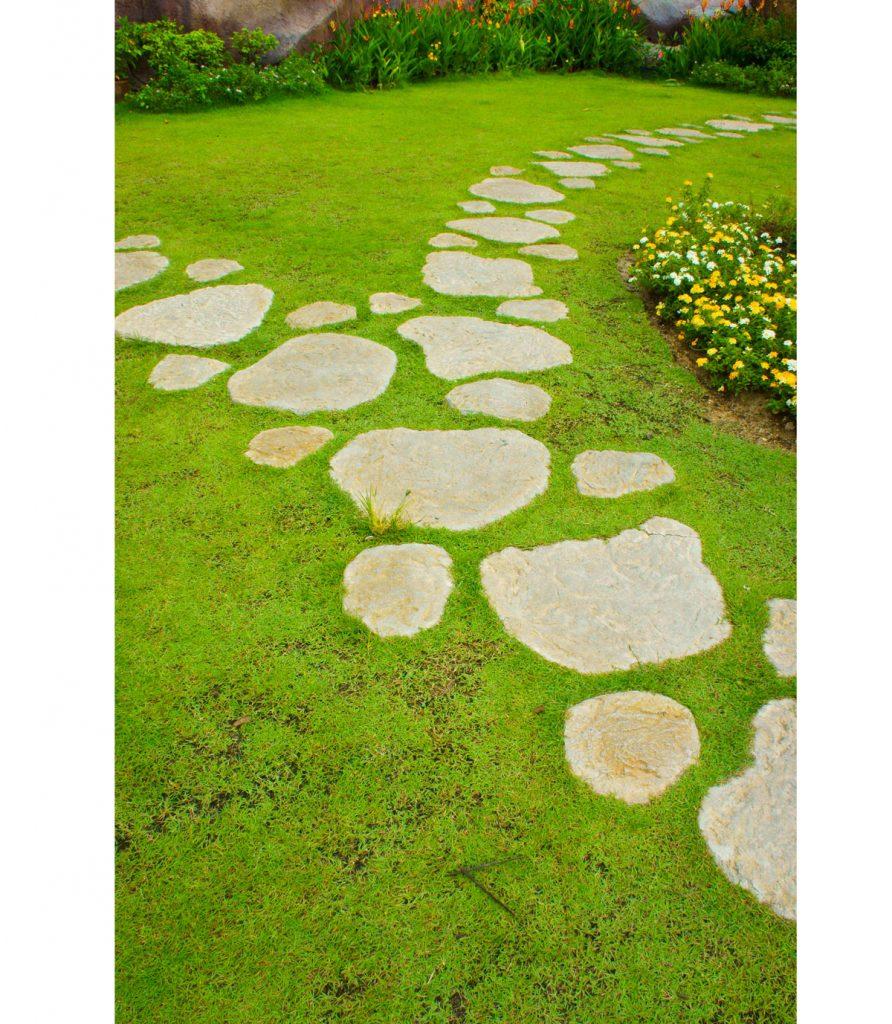 nášľapné kamene v trávniku