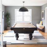 herňa v rodinnom dome s biliardovým stolom z tmavého masívu a s terčom zaveseným na stene
