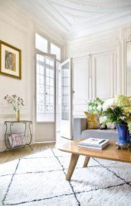 Obývačka s vysokými stropmi, dvojkrídlovými dverami a kazetovým obložením na stenách. Zariadená v kombinácii retro, francúzskeho a tradičného štýlu.