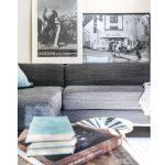 obývačková sedačka s čiernobielymi obrazmi umiestnenými nad jej operadlom