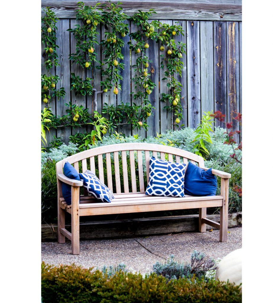 záhradná drevená lavička s vankúšmi v modrobielej kombinácii