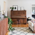 klavír vo vidieckej obývačke