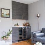 obývačka s barovým pultom, ktorý je prerobený z kuchynskej zostavy