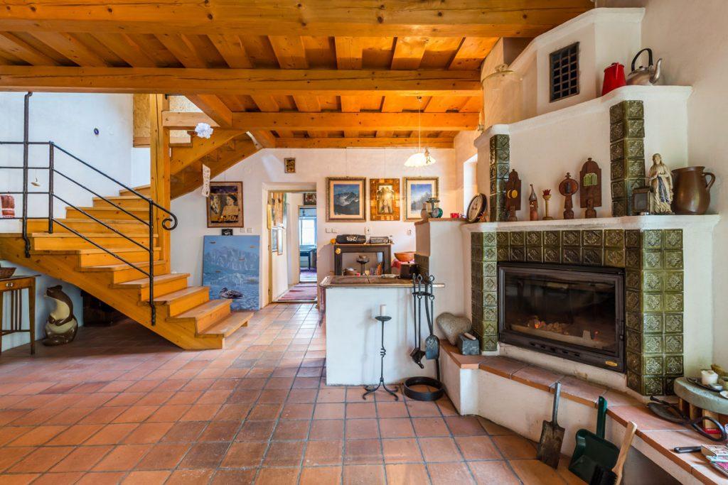 chalupa s krbom s keramickým obkladom, dreveným schodiskom a dreveným stropom