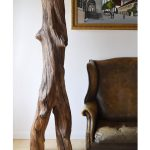 drevená socha z jelšového dreva v interiéri