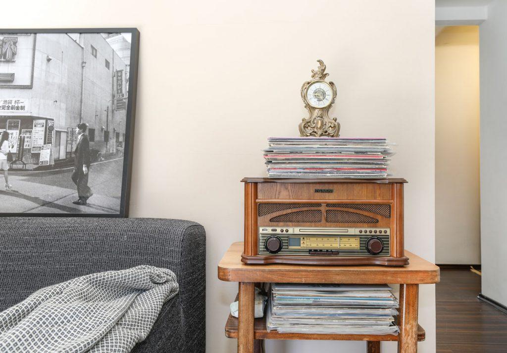 masívny drevený stolík na platne so starožitným gramofónom
