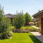 záhrada s vonkajšou kuchyňou, kvetinovými záhonmi a drevinami