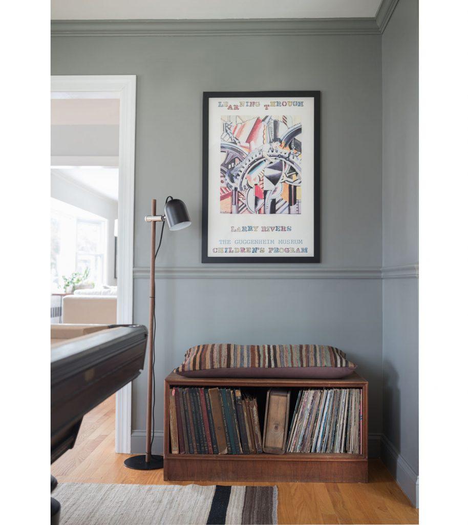 starožitná komoda na sedenie a vintage osvetlenie