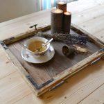 podnos z rámov starých okien smrekového dreva s mosadzným pôvodným kovaním a svietniky z odrezkov hrubších konárov stromov