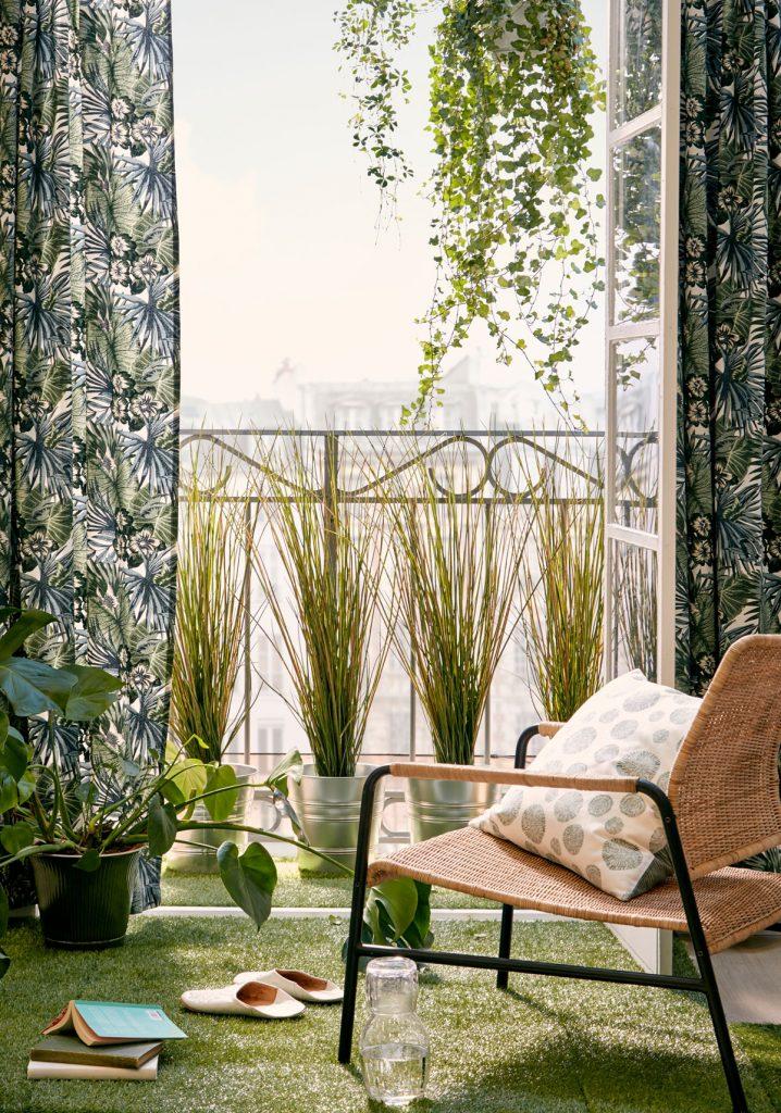 výhľad na balkón zo spálne lemovaný kvetinovými závesmi