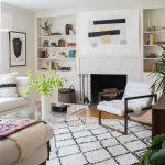 obývačka v modernom vidieckom štýle s retro prvkami a krbom zabudovaným v stene