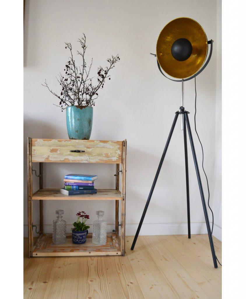 odkladací drevený stolík zrecyklovaný z drevených okenných rámov s pôvodným kovaním