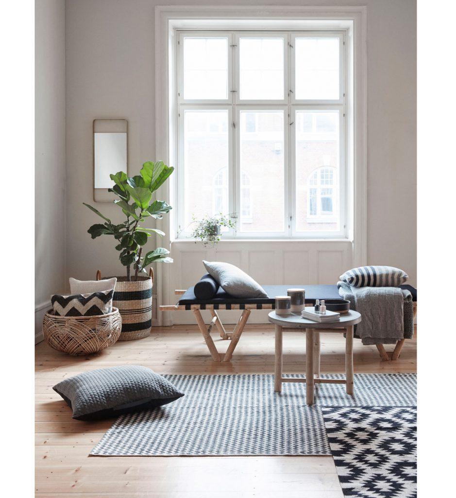 interiér s námorníckymi vzormi a prírodnými materiálmi v podobe dreva, ratanu a bavlny