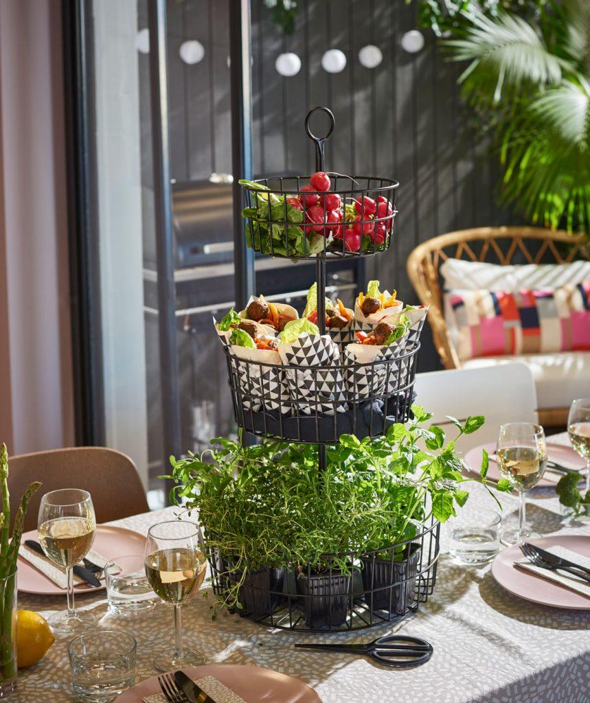 etažér s potravinami na stole