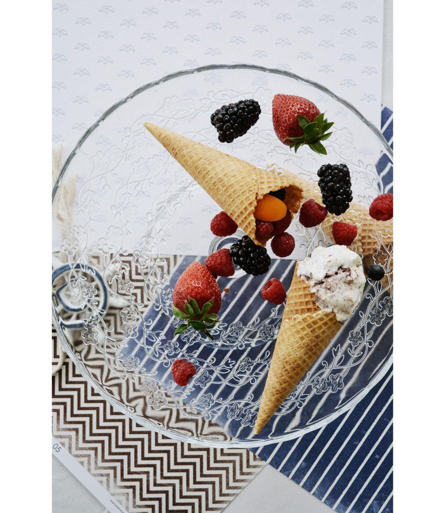 kornútky naplnené zmrzlinou a bobuľovým ovocím