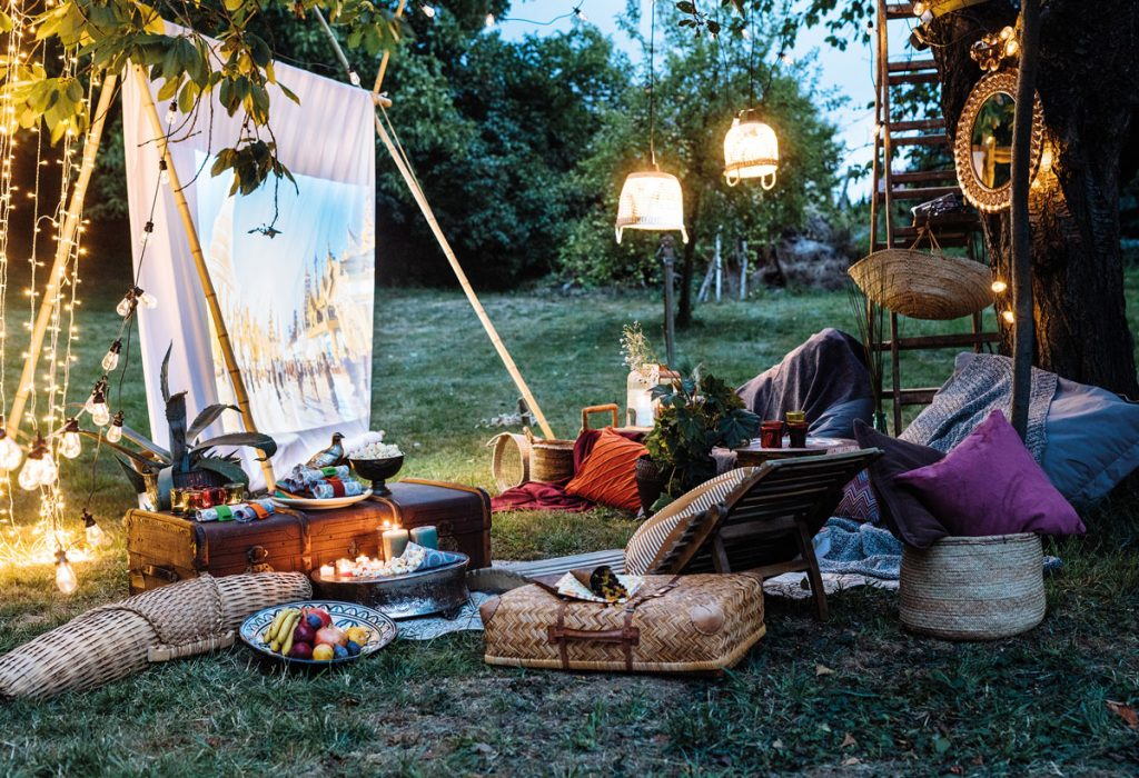 záhradné kino s vankúšovým sedením a lampášmi