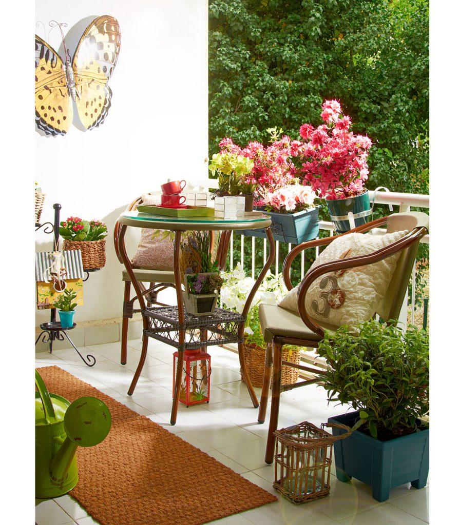 lodžia s dreveným stolíkom a stoličkami, kobercom a kvetinami