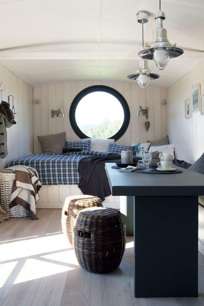 spálňa v severskom štýle s okrúhlym oknom