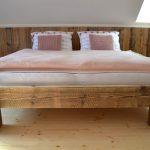 manželská posteľ zo starých drevených trámov a borovicového dreva
