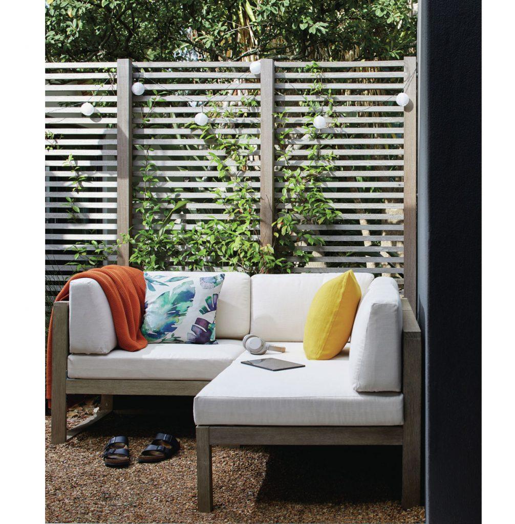 záhradné sedenie s dreveným paravánom