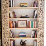 drevená knižnica vyplnená drevenými odrezkami