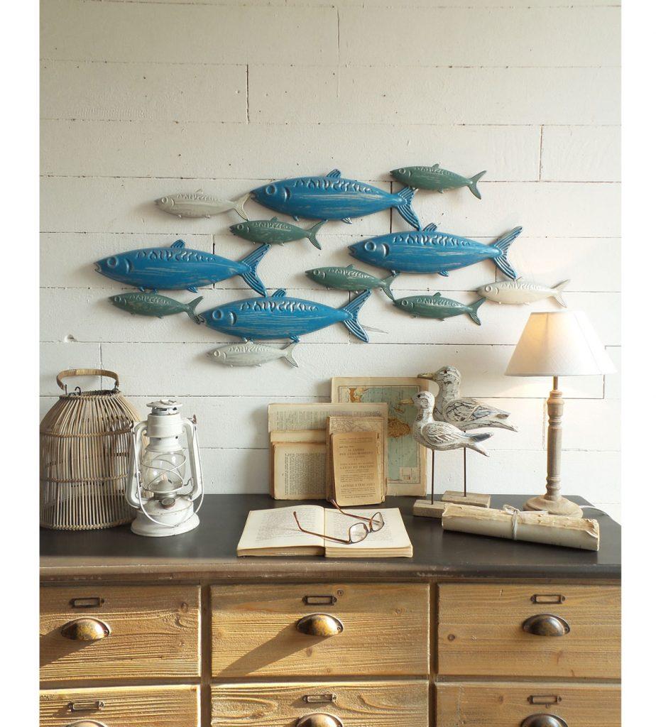 drevená komoda, nad ktorou je dekorácia s plávajúcimi rybičkami