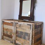 handmade barová drevená skrinka so zrkadlom z tmavého dreva