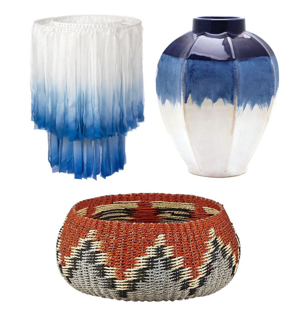 bavlnené biele tienidlo s modrým ombré efektom, keramická modrobiela váza, pletený dekoračný kôš