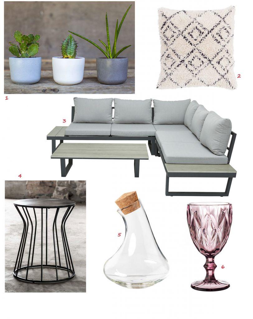 betónové nádoby na kvetiny v modrej, bielej a sivej, bavlnený vzorovaný vankúš, sedacia súprava do záhrady, ružový sklenený pohár na stopke, sklenená karafa, čierny odkladací stolík z ocele