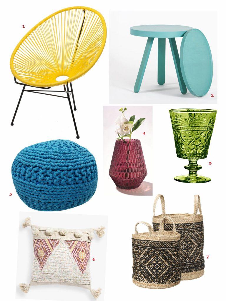 pletená žltá stolička, tyrkysový odkladací stolík, zelený sklenený vzorovaný pohár na nožičke, váza z farebného bordového skla, modrý pletený puf, jutové pletené koše s rúčkami, obliečka na vankúš z koberca
