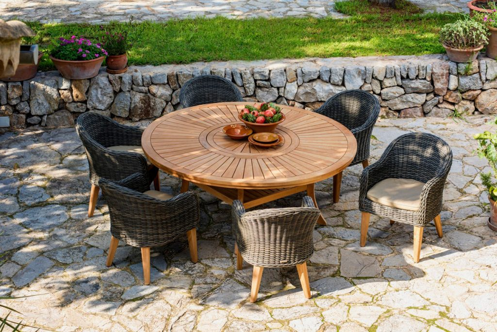 teakový záhradný stôl s ratanovými kreslami