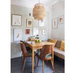 jedálenský kút v retro štýle s recyklovaným dreveným nábytkom a pôvodnou maľovkou na stene