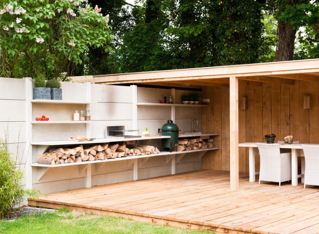 záhradná kuchyňa s drevenou terasou