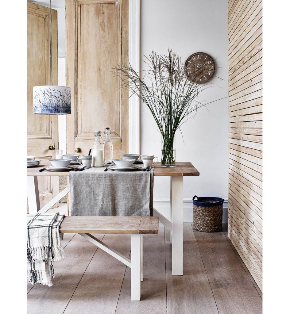 jedáleň v prírodnom štýle, s dreveným sedením, ľanovým obrusom a pletenými dekoráciami