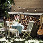 Záhradné sedenie so svetelnými reťazami.