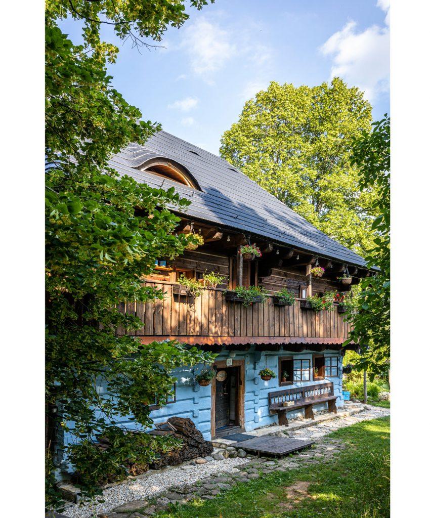 tradičná drevenica v Kremnických vrchoch s modrými drevenými hranolmi
