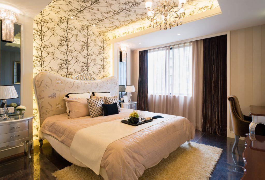 spálňa v romantickom štýle so vzorovanou tapetou na strope