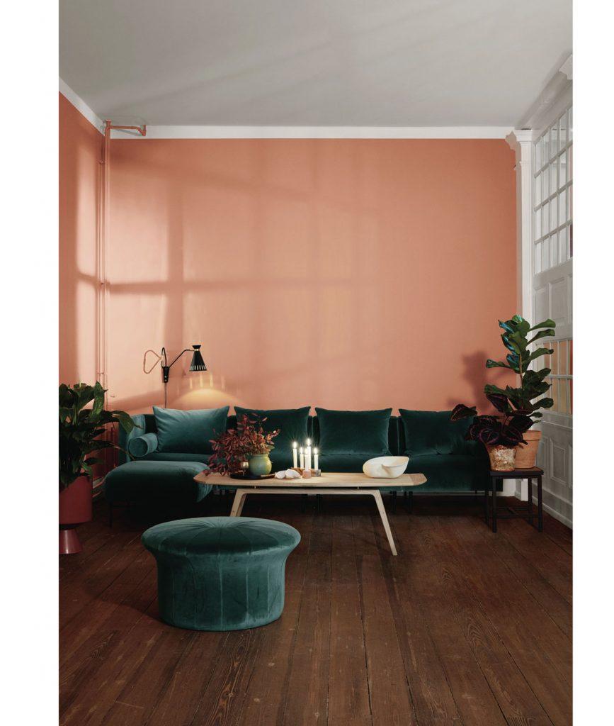 malý interiér s tmavou podlahou