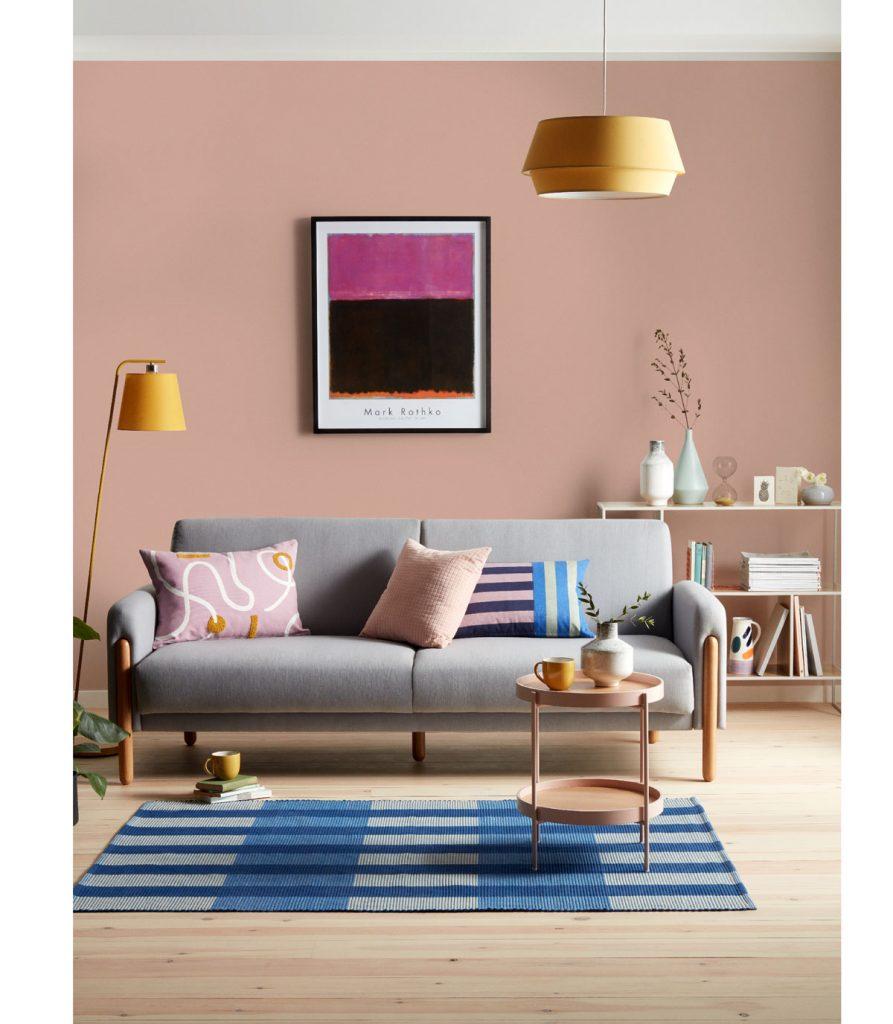 obývačka so svetlou podlahou, behúňom a sivou sedačkou