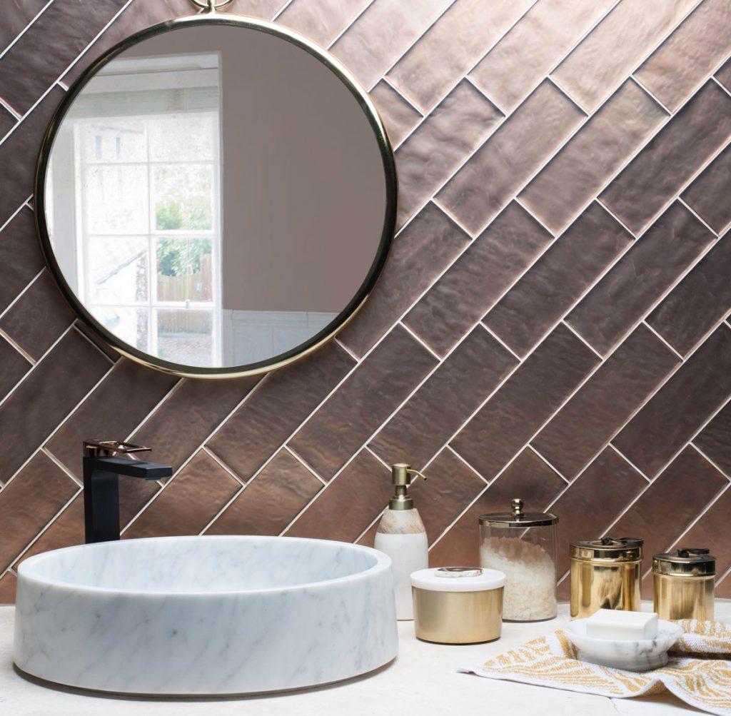 keramický obklad v kúpeľni uložený uhlopriečne